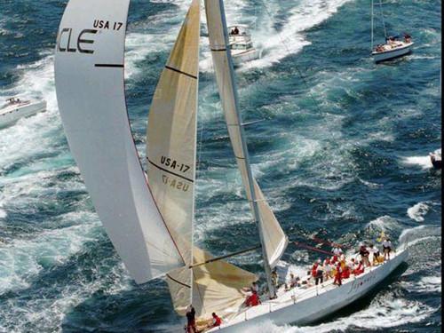 拉里·埃里森参加掌舵参加帆船比赛