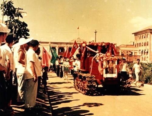 第一辆东方红拖拉机开出厂房时的盛况(网易汽车)