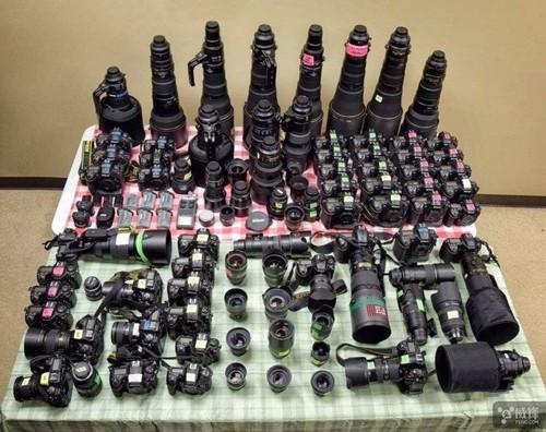一名体育摄影记者拍摄赛马需要多少器材?