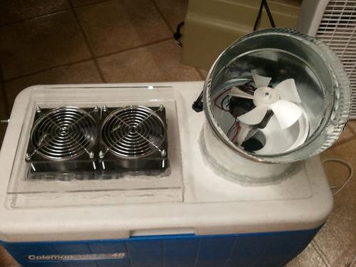 把排水管和排风扇安装好后,就安装导管. 现在往冰桶中放入凉水和冰块.