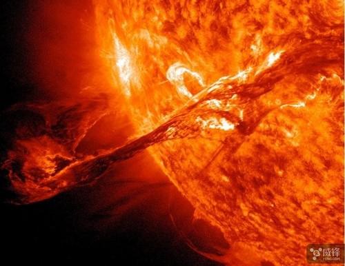 """科学家称太阳正朝着地球""""打喷嚏"""""""