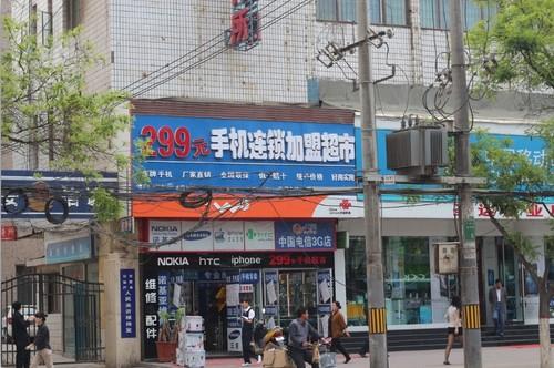 发下几乎每个主要街区都有挂着vivo和oppo招牌的门店,这些门店往往又