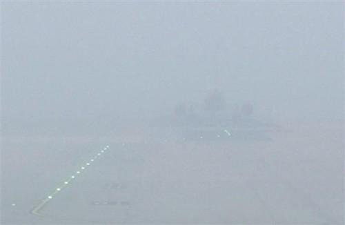 由于大雾天气,已有60多次航班被迫取消