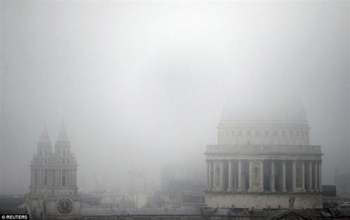 伦敦机场被大雾吞没 上千架飞机受影响