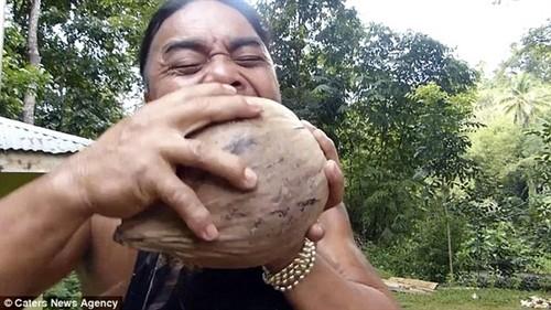 铁齿钢牙:菲律宾男子牙齿20秒剥椰壳绝技