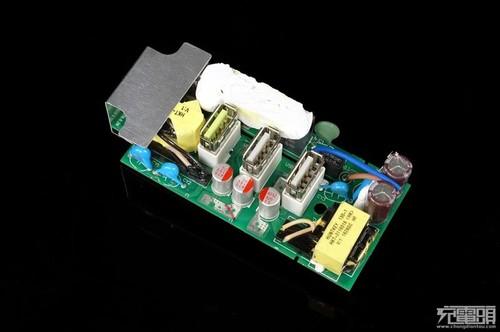 在输入方面我们看到了一颗绿色的防浪涌ntc原件,有效避免插插线板电时