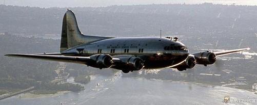 性感指数: 首飞于1969年的波音747,是世界上第一种宽体双通道客机,占领空中女王宝座近五十年。 巨大的双通道客舱,双层布局,为波音公司公司带来辉煌,并书写了航空工业史上的一个不朽传奇。在飞行了46年之后,波音747家族仍然是航空运输业的主力军之一,服务于多家航空公司,包括达美航空、英国航空公司、维珍航空、汉莎航空、澳洲航空公司和法国航空公司等。乔?