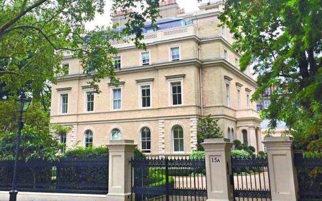 1. 王健林 7.7 亿元伦敦买豪宅,纳税近 1 亿。 近日,王健林从 皇冠房地产(Crown Estate)手中买下了地址为 15A Kensington Place Gardens 的房产。这所豪宅在 1856 年首次出售时的售价仅为 7000 英镑,后来曾在 1960 代到 1970 年代被用作尼日利亚驻英国大使馆。一旦入住,他将成为俄罗斯大亨、伦敦切尔西足球俱乐部老板阿布拉莫维奇和挪威大使馆的隔壁邻居。 这次购置房产的行动也导致英国政府得以收入英国历史上创纪录的一笔 950 万英镑的购房印花税。